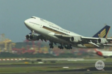 Singapore Airlines Boeing 747 taking off from Sydney Airport